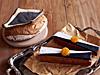 黒豆と大豆のカンパーニュ(左)、ショコラブランとトロピカルフルーツのケークブリオッシェ(右)