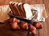 やわ肌食パン(上)、元祖発酵バター使用米粉クロワッサン(下)